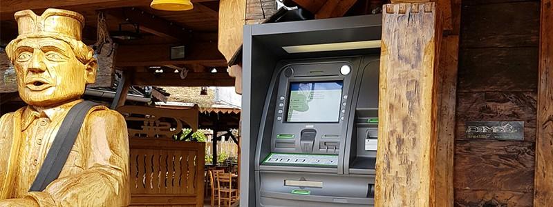 Postavljanje ATM mašine u centru Guče